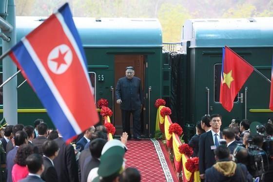 North Korean leader Kim Jong Un arrives in Dong Dang Train Station ảnh 4