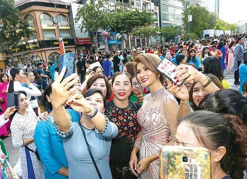 The annual March of Ao Dai in HCMC ảnh 5