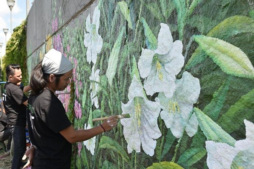 French, Vietnamese flowers featured on dyke wall along Seine river bank ảnh 2