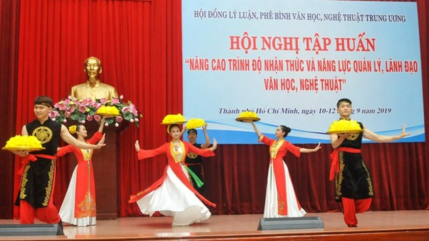 Training courses for theory, criticism of literature and art opens in city ảnh 1