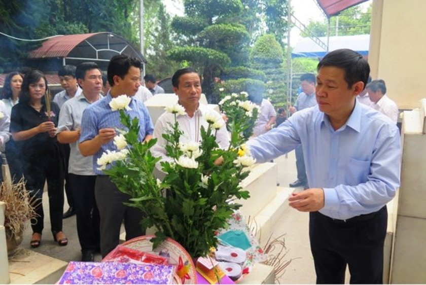 Central leaders commemorate martyrs on War Invalids & Martyrs Day ảnh 3