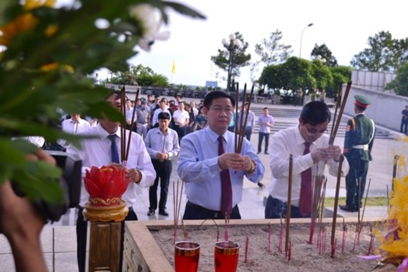 Central leaders commemorate martyrs on War Invalids & Martyrs Day ảnh 1