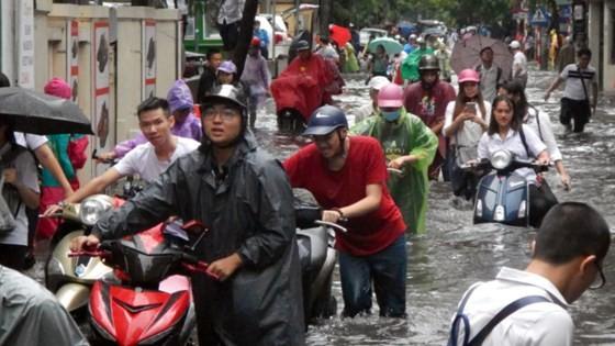 Serious flood in Hanoi after typhoon Talas ảnh 1