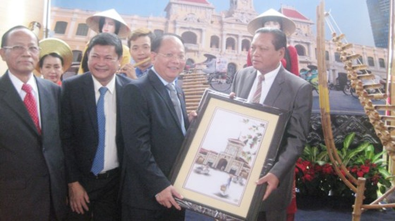 City delegation visits Laos ảnh 1