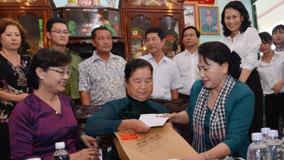 City leaders visit Ben Duoc Memorial Temple ảnh 3