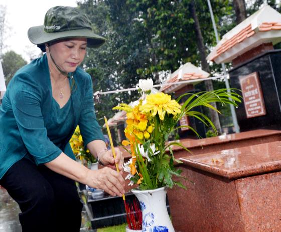 City leaders visit Ben Duoc Memorial Temple ảnh 1