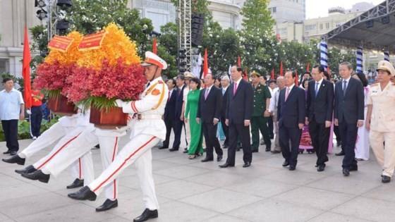 Dâng hoa tưởng nhớ Chủ tịch Hồ Chí Minh ảnh 1