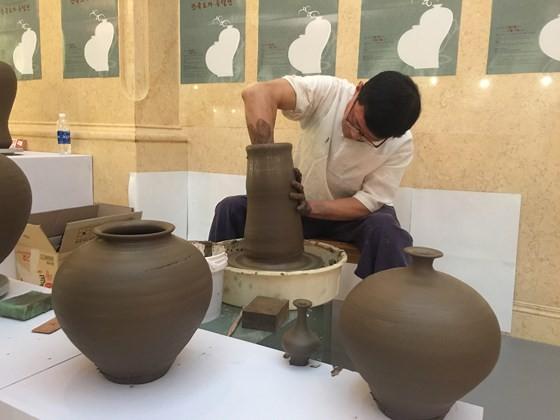 Ngỡ ngàng với các tác phẩm gốm sứ truyền thống của Hàn Quốc ảnh 4