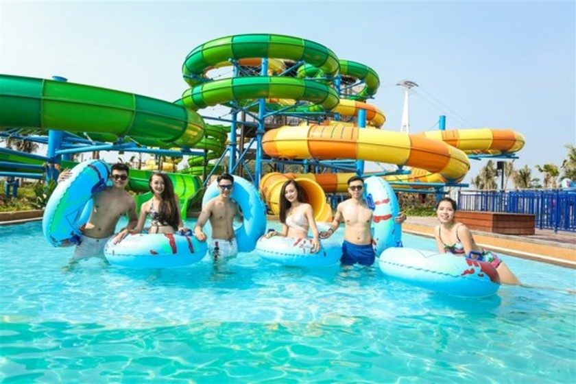 Visitors flock to water park in Halong due to heat wave ảnh 3