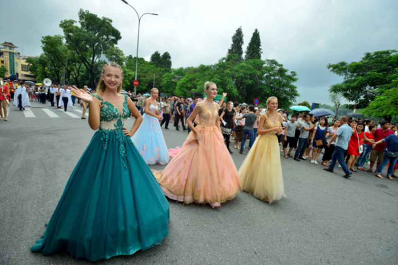 Int'l Carnival at walking street, Hanoi lures visitors ảnh 2