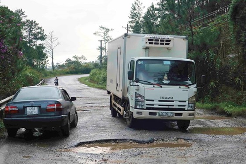 Lam Dong spends VND 550mln to repair Mimosa Mountain Pass's road surfaces ảnh 2