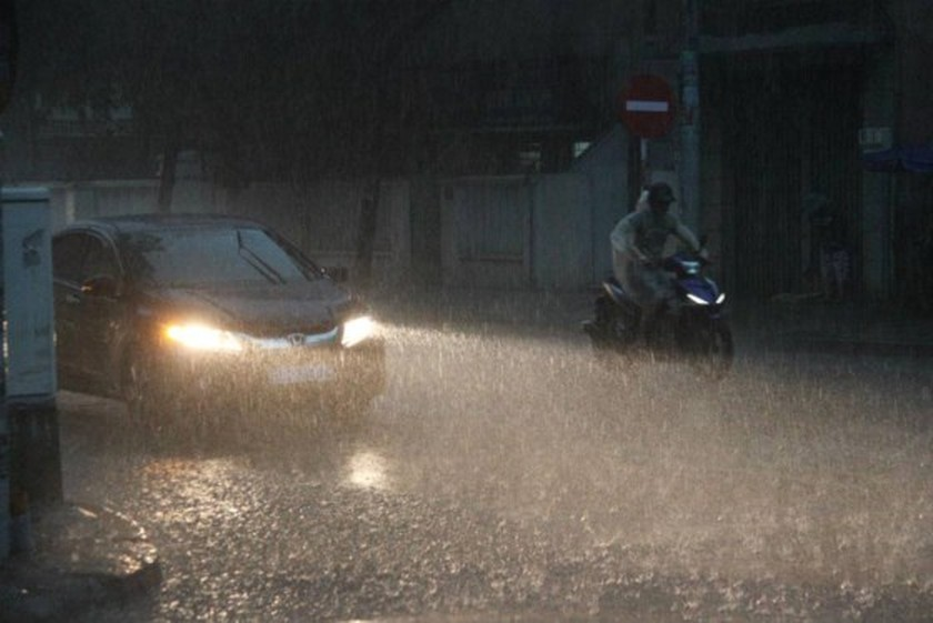 Heavy rains continue drenching parts of HCMC until weekend ảnh 1