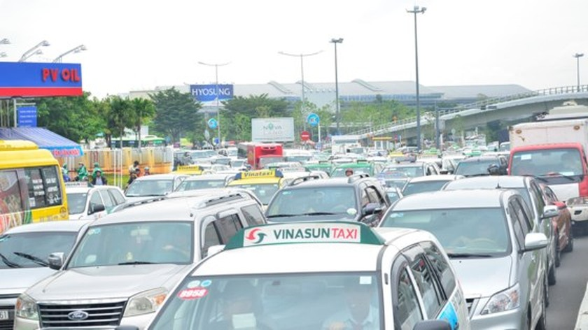 Badly traffic jam in streets leading to Tan Son Nhat Airport ảnh 2