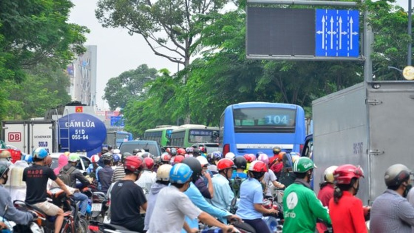 Badly traffic jam in streets leading to Tan Son Nhat Airport ảnh 4