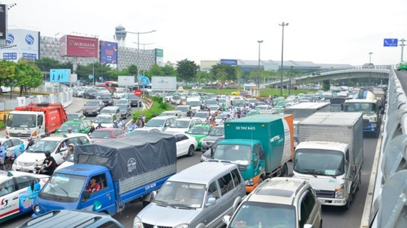 Badly traffic jam in streets leading to Tan Son Nhat Airport ảnh 14