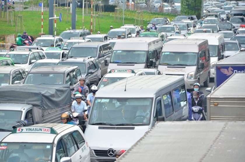 Badly traffic jam in streets leading to Tan Son Nhat Airport ảnh 8