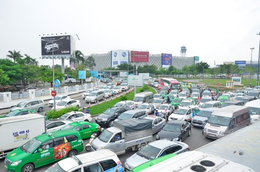 Badly traffic jam in streets leading to Tan Son Nhat Airport ảnh 9
