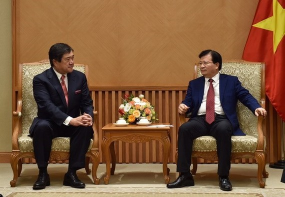 Deputy Prime Minister Trinh Dinh Dung (R) and Mitsui CEO and President Tasuo Yasunaga (Source: VNA)