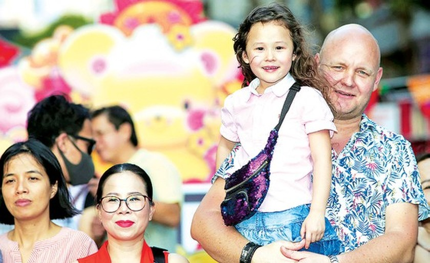 Foreigners enjoy Vietnam's traditional Tet holiday ảnh 6